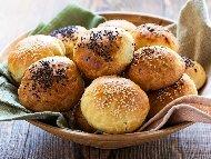 Обикновени малки домашни питки (хлебчета) с мая, сусам и мак